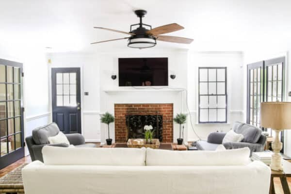 Lounge with a ceiling fan